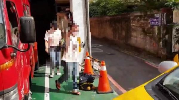 丁女與丁母低調離開警局。(記者徐聖倫攝)