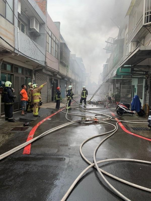 新竹縣湖口鄉中山路三段巷弄一處民宅,今午突然發生火警,消防人員在50分鐘後控制住火勢。 (記者廖雪茹翻攝)