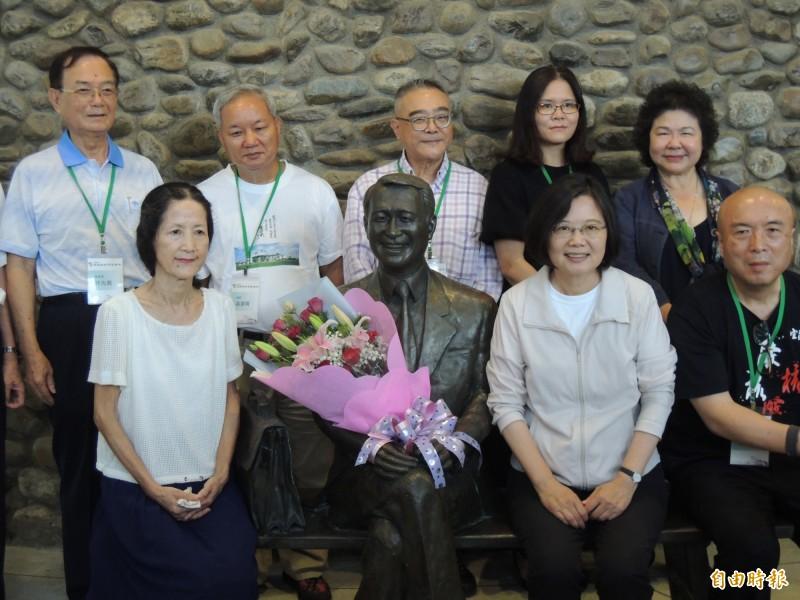 總統蔡英文(右前2)今天造訪陳定南紀念園區。(記者江志雄攝)