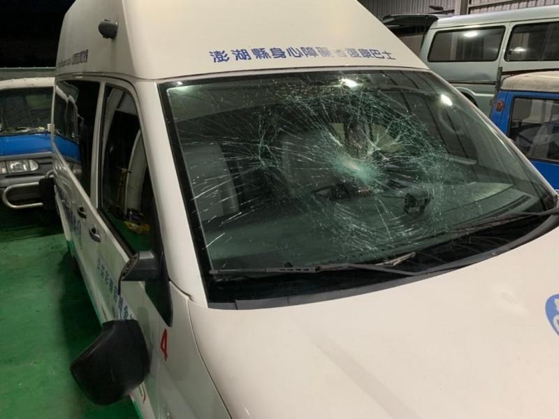 復康巴士車前玻璃全毀,遊客賠償38000元和解。(民眾提供)