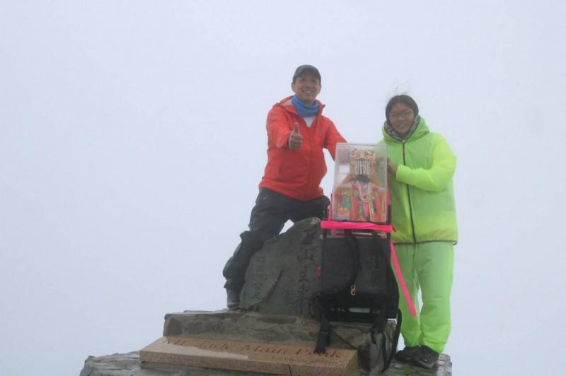 隊員陳一郎與女兒約好一起登玉山,過程中也遇上女兒生日,大家攻頂後也在山頂為其唱生日快樂歌慶祝。(劉子堅提供)
