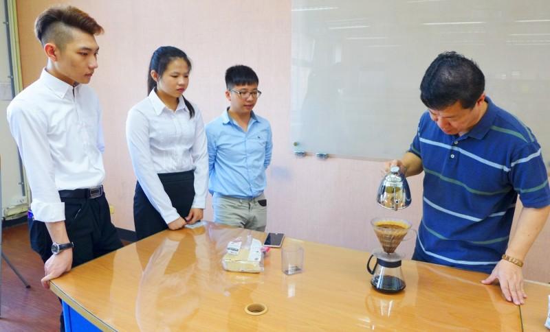 台北城市科大創業研習社,邀請咖啡業師到校指導,因咖啡黑金有700億商機,部分學生摩拳擦掌想畢業後自己創業。(城市科大提供)