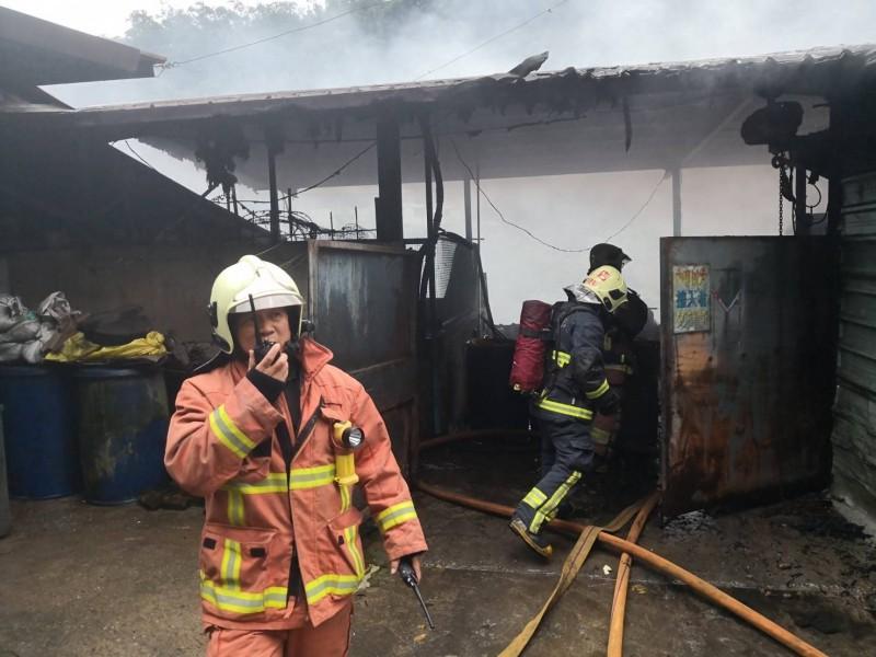 新北市新店區北宜路二段一處豬舍發生大火,警消前往救援滅火。(記者陳薏云翻攝)