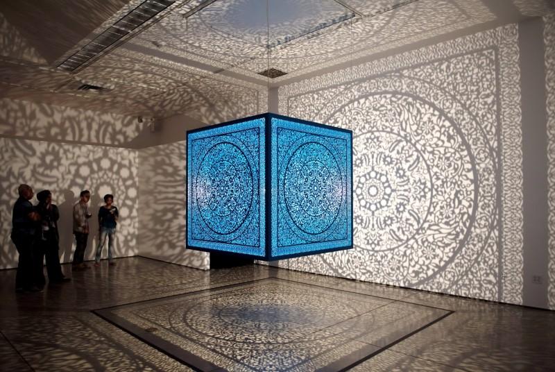 影子魔幻展中,「給自己的花 ─ 土耳其藍」作品。(奇美博物館提供)