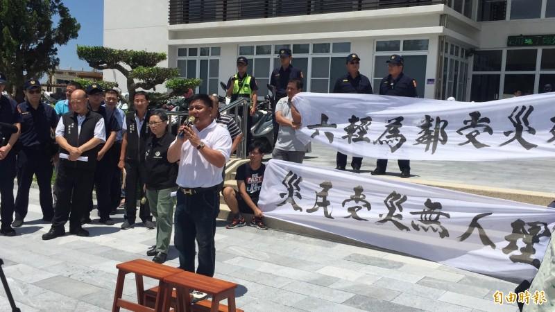 六輕氣爆已兩個多月,受災戶至麥寮公所前陳情抗議。(記者詹士弘攝)