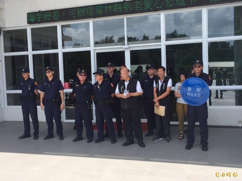 麥寮鄉長蔡長昆出面接見陳情抗議的民眾。(記者詹士弘攝)