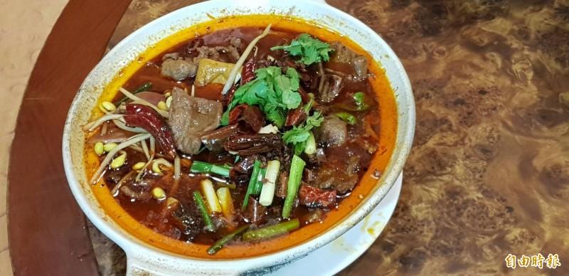 基隆市湖南小館的水煮牛,也是愛吃辣味的饕客不能錯過的美食。(記者俞肇福攝)