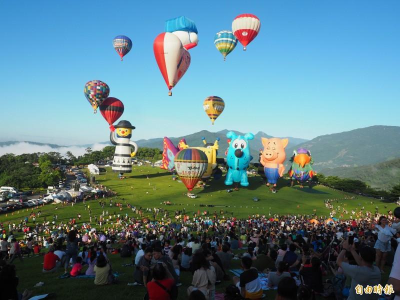 台灣熱氣球嘉年華今天清晨在台東鹿野高台大草原開幕,吸引大批人潮觀球。(記者王秀亭攝)