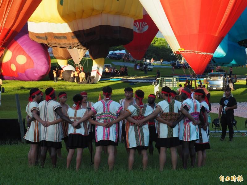 熱氣球活動開幕,先由布農族八部合音祈福。(記者王秀亭攝)