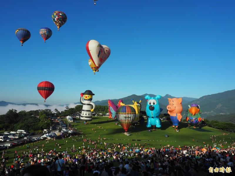 色彩繽紛的熱氣球自由飛點綴台東縱谷的天空。(記者王秀亭攝)