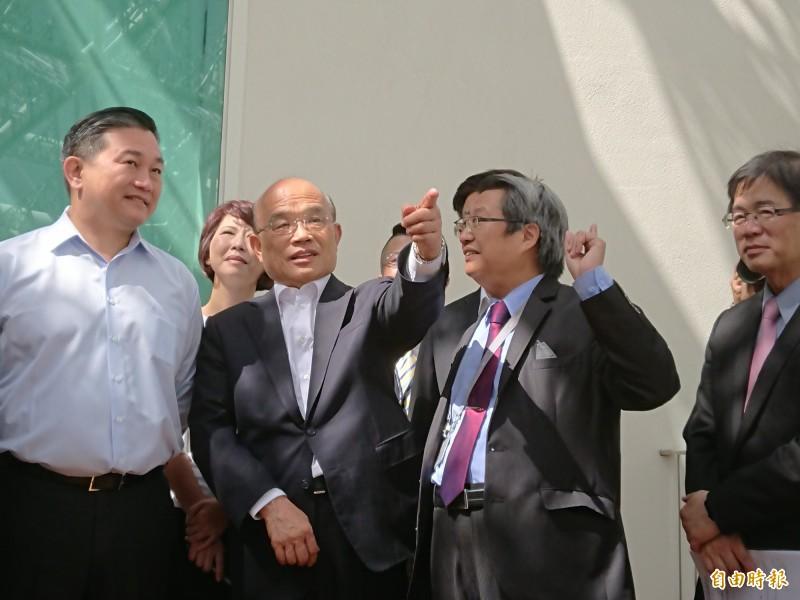 行政院長蘇貞昌(中)參訪美術館二館。(記者洪瑞琴攝)