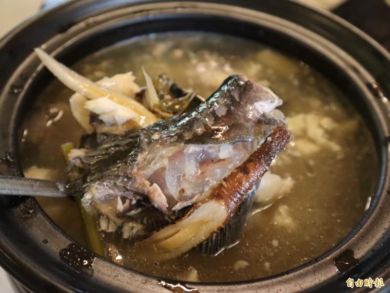 用當歸熬煮的鱘龍魚湯,湯頭鮮美,充滿膠質。(記者歐素美攝)
