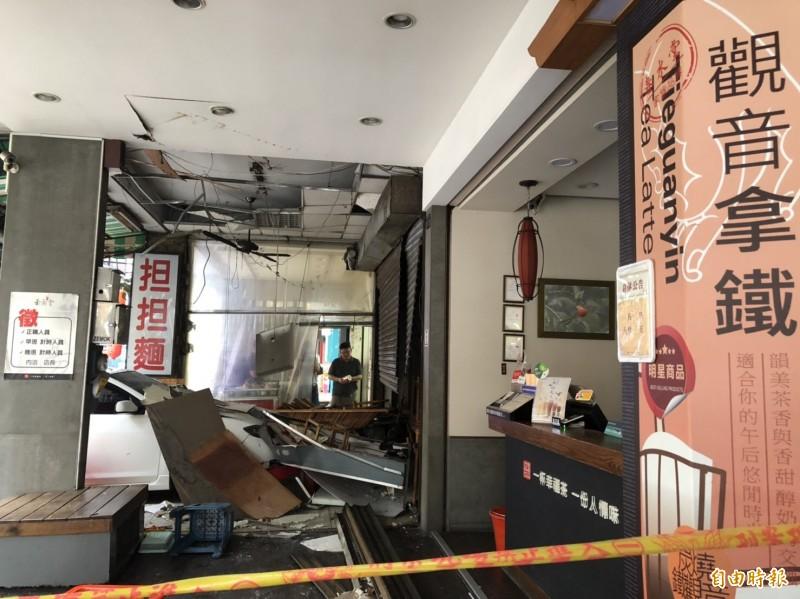 在茶飲店外的客人及一名路人也遭波及。(記者許國楨攝)