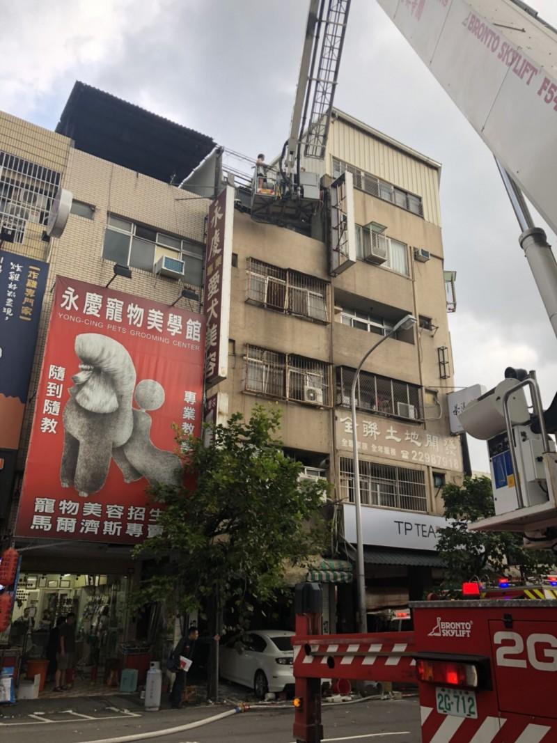 消防人員出動雲梯車將受困店內3人救下。(台中市消防局提供)