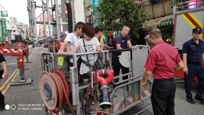 消防人員出動雲梯車救出受困店內3人。(台中市消防局提供)