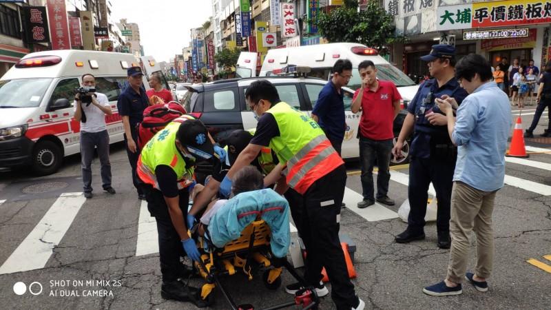 消防人員將傷者送醫。(台中消防局提供)