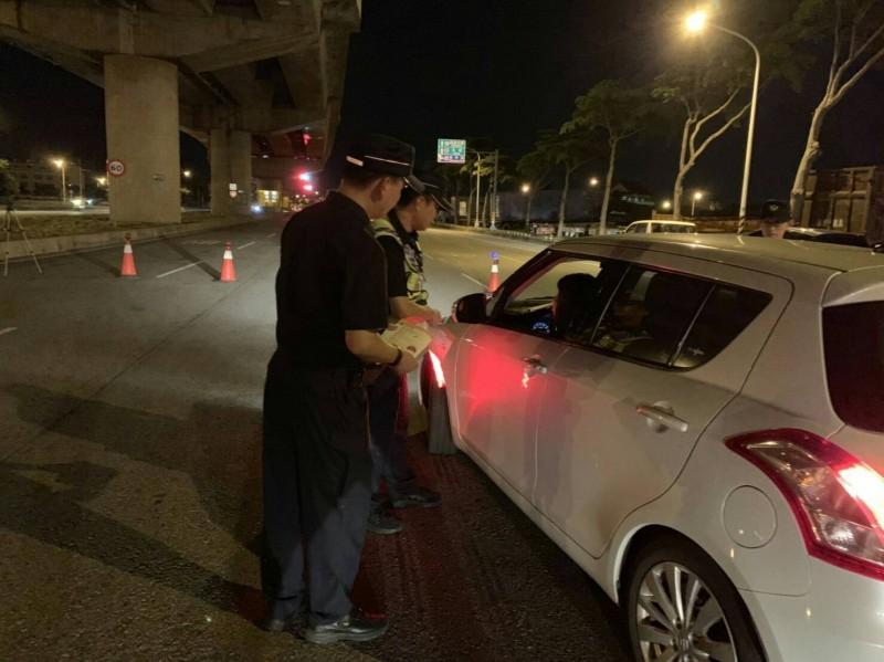 7月1日酒駕新法上路,警方擴大攔檢。(記者歐素美翻攝)