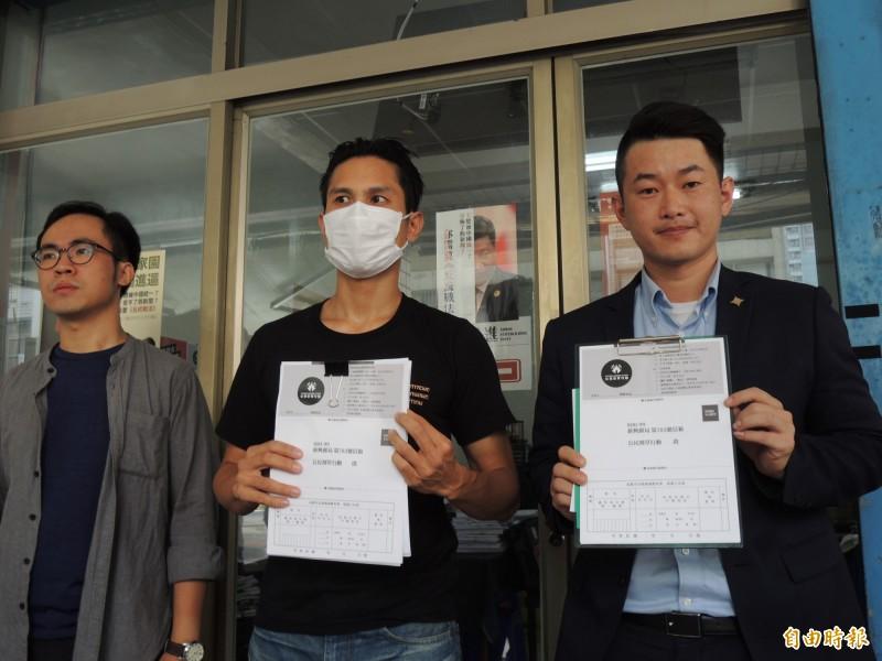台灣基進黨發言人陳柏惟(右)與公民割草行動發言人李先生(中)。(記者王榮祥攝)