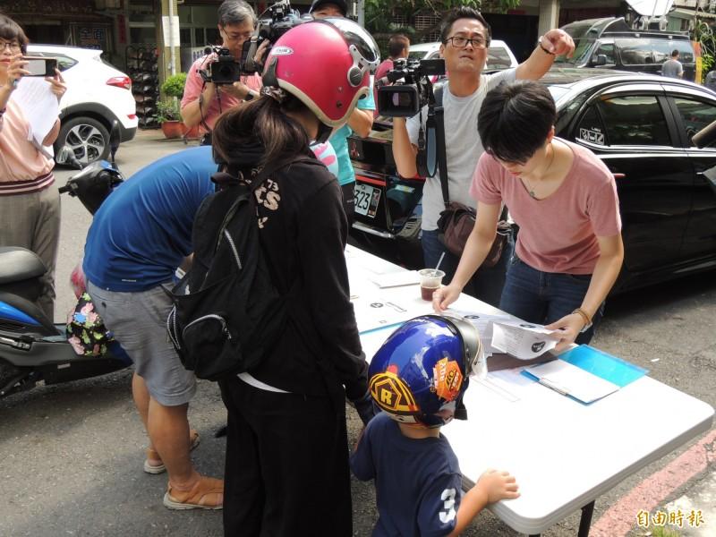 民眾自發性前往台灣基進黨連署罷韓。(記者王榮祥攝)
