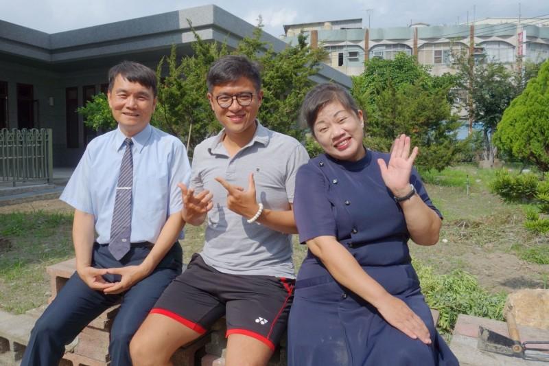 馬來西亞「香蕉小子」林道進(中)與慈濟志工。(圖由慈濟基金會提供)