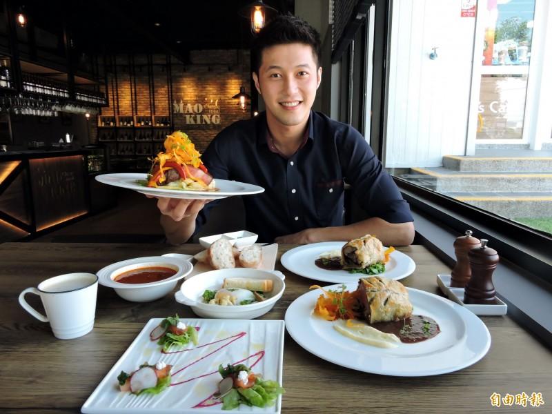 店長王強表示,老闆喜愛旅遊及美食,店內餐點都是他在國外吃到的經典名菜。(記者張菁雅攝)