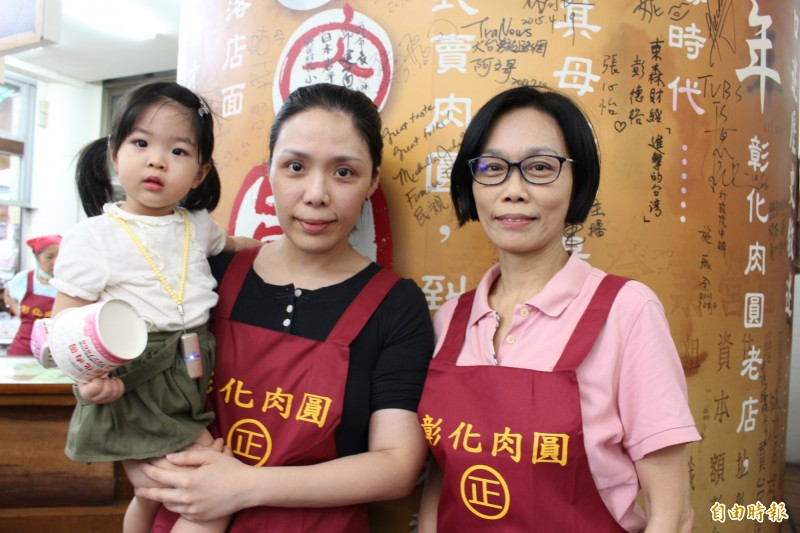 彰化肉圓目前由第3代老闆娘薛瑛美(右)經營,第4代女兒從旁協助。(記者張聰秋攝)