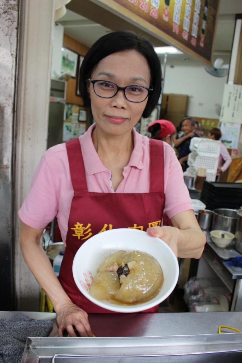 彰化肉圓目前由第3代老闆娘薛瑛美經營。(記者張聰秋攝)