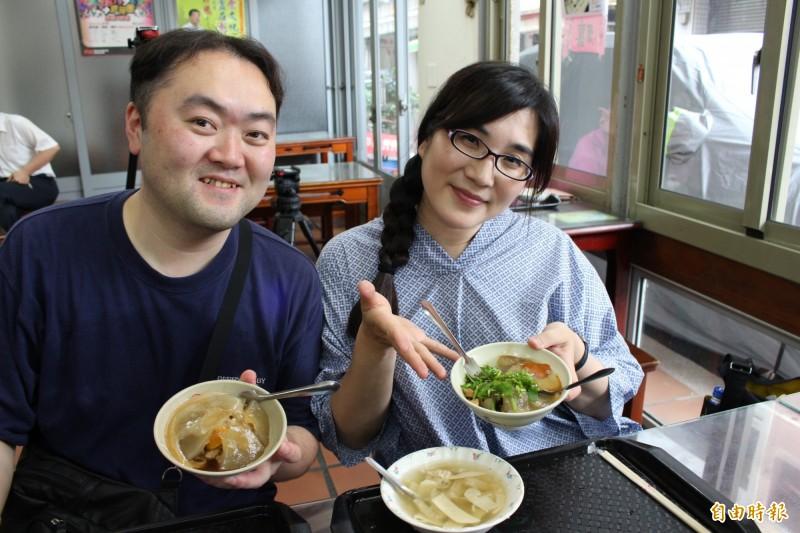 日本觀光客慕名前來老店吃彰化肉圓,大讚很好吃。(記者張聰秋攝)