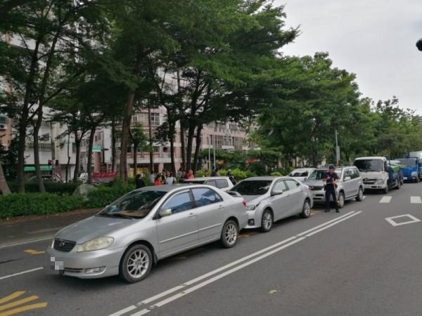 嘉義市世賢路、北社尾路口中午發生車子連撞事故。(圖由民眾提供)