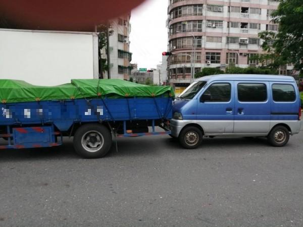 嘉義市今中午同路段發生兩起連撞事故。(圖由民眾提供)