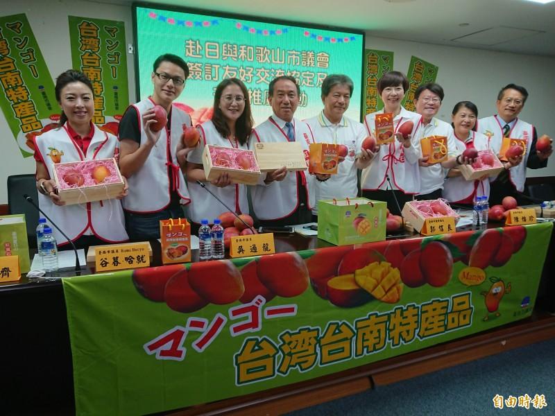 南市議長郭信良(左5)將率領朝野議員出訪日本,並舉辦芒果推廣活動,今天合力宣傳。(記者洪瑞琴攝)