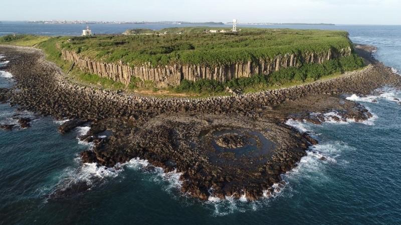 桶盤嶼玄武岩節理發達,擁有世界級地質美景。(馬公市公所提供)