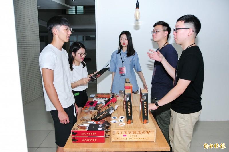 靜宜台文系學生自創品牌說故事 ,參展產品受廠商青睞。(記者張軒哲攝)