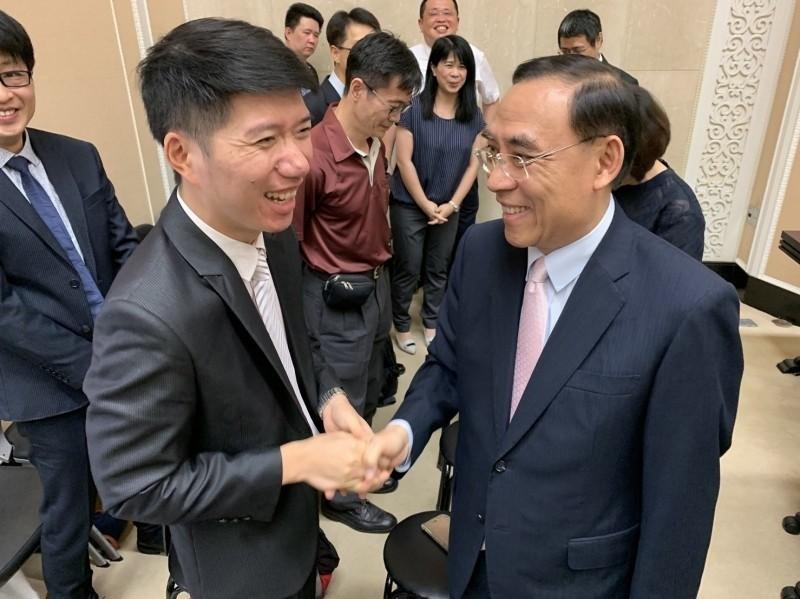 法務部長蔡清祥(右)日前特地向遭彈劾的檢察官陳隆翔(左)握手致意。(記者吳政峰翻攝)