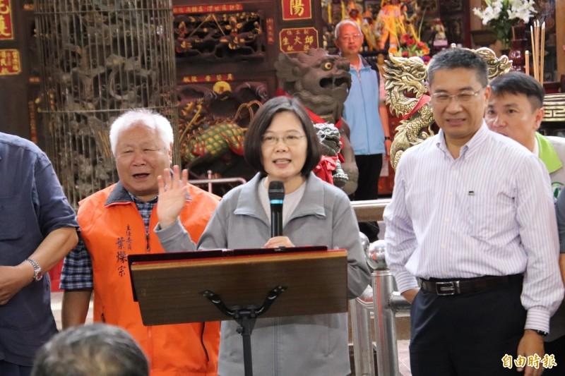 總統蔡英文今天在新竹縣細數執政成績,強調她不僅辦到了帶領台灣脫離口蹄疫疫區的工作,對外提昇台灣國際形象,也讓台灣的經濟成長從亞洲4小龍最後1名,在今年第1季躍升為4小龍之首。(記者黃美珠攝)