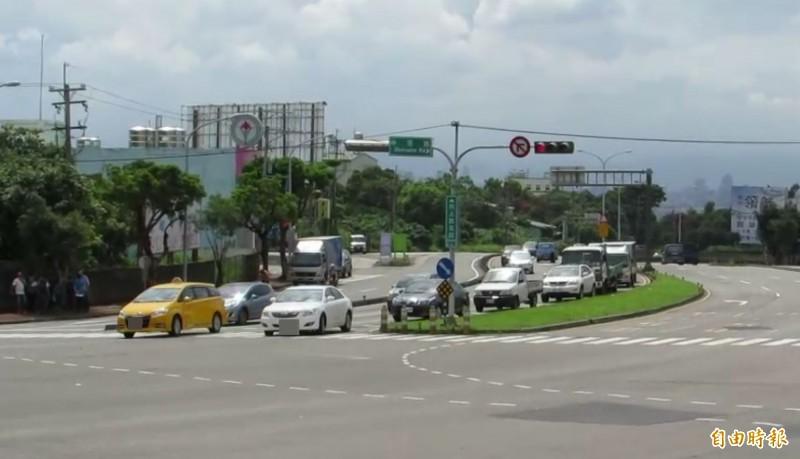 大肚區向上路5段和中蔗路口,每逢上下班時間等待左轉車輛大排長龍。(記者陳建志攝)