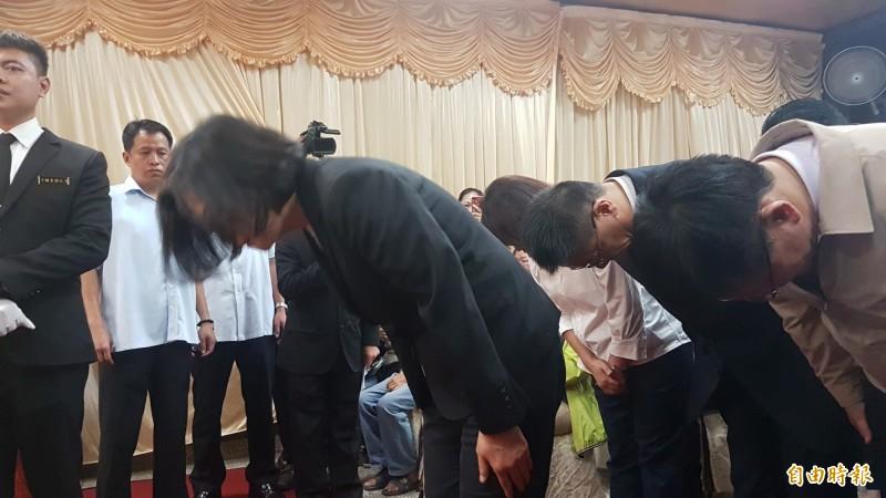 總統蔡英文、內政部長徐國勇及交通部長林佳龍到靈堂弔唁李承翰。(記者林宜樟攝)