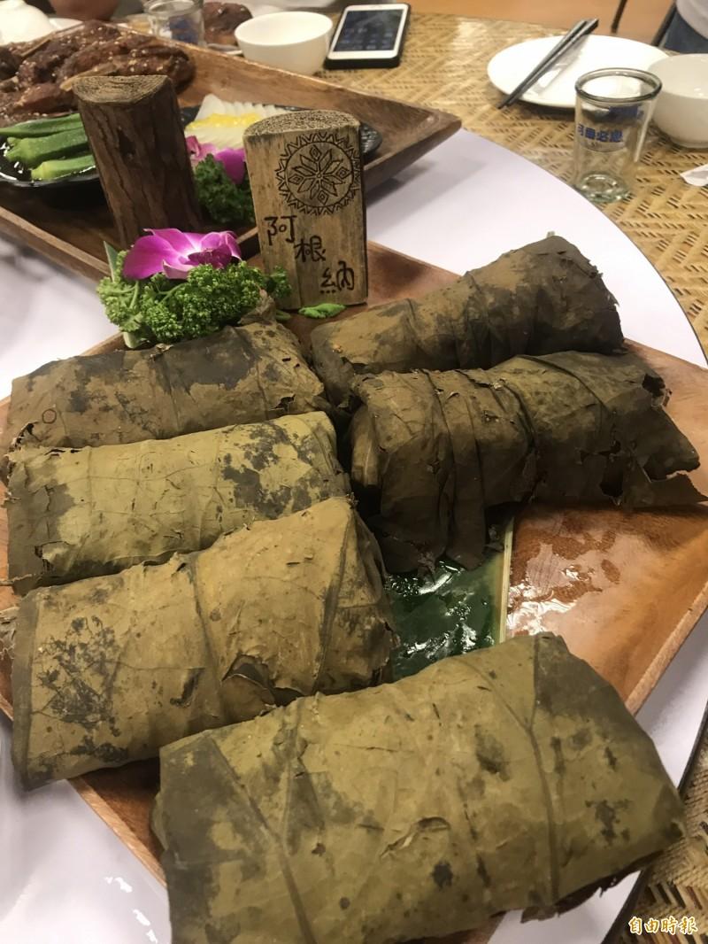 荷葉干貝油飯包進干貝、蛋黃,油飯還加入薑黃,很費工夫,深受顧客喜愛。(記者林欣漢攝)
