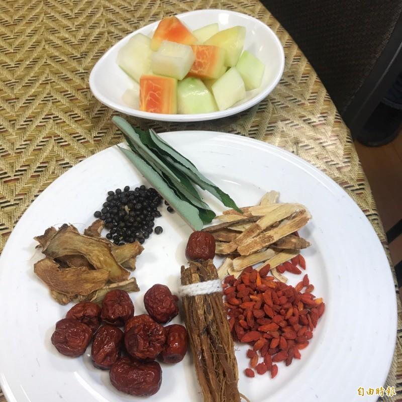 勇士湯食材有馬告、刺蔥、山藥、木瓜等,與烏骨雞一同熬燉。(記者林欣漢攝)