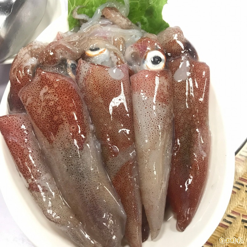 阿根納原味餐廳使用漁港新鮮小卷,一次嚐遍和平島的原味與鮮味。(記者林欣漢攝)