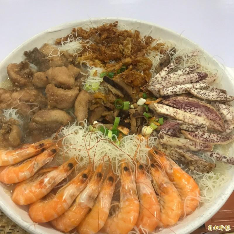 小卷米粉湯放進各式食材,相當澎湃。(記者林欣漢攝)