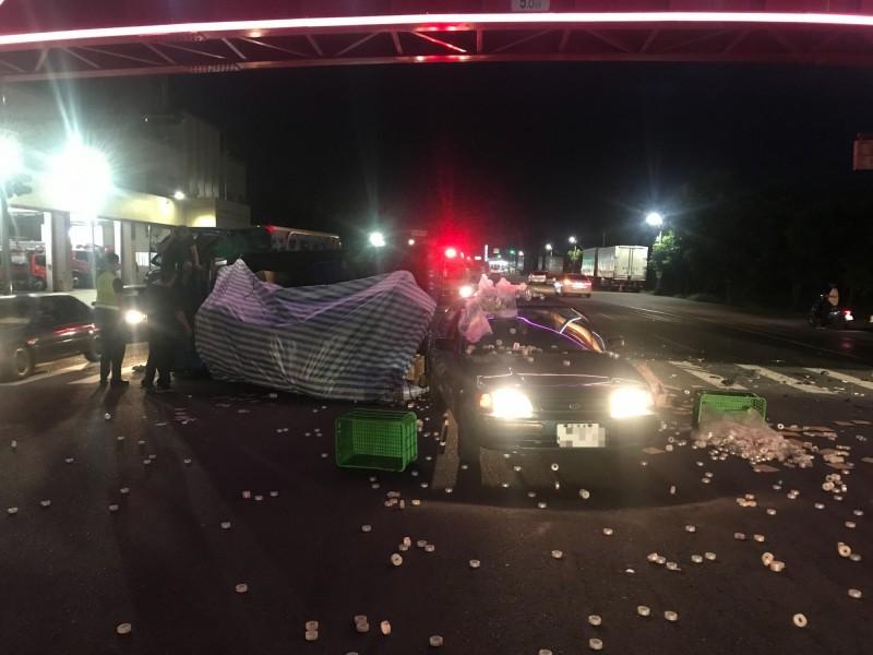 車禍現場一片狼藉,埔心消防隊員立即衝出搶救。(記者陳冠備翻攝)