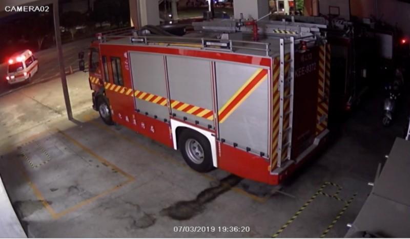 埔心消防隊聽到車禍聲響,立即出動救護車,不到30秒,抵達肇事現場。(記者陳冠備翻攝)