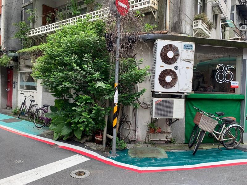 台北市長柯文哲得意標線型人行道成效,今天卻被網友抓包。(記者沈佩瑤攝)