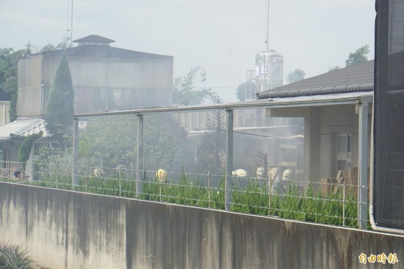 火災現場曾發生數起爆炸,消防人員仍進入火場滅火。(記者詹士弘攝)