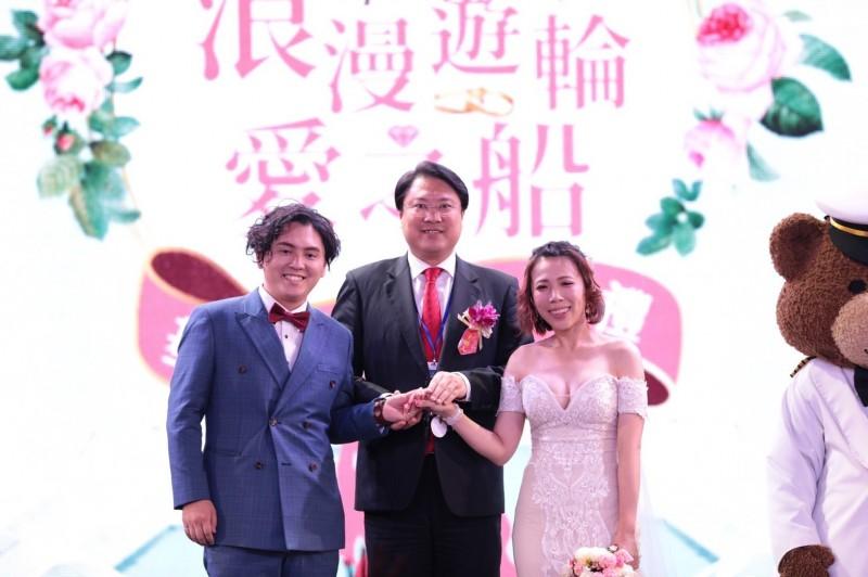 市長林右昌(中)擔任主婚人。(基隆市政府提供)