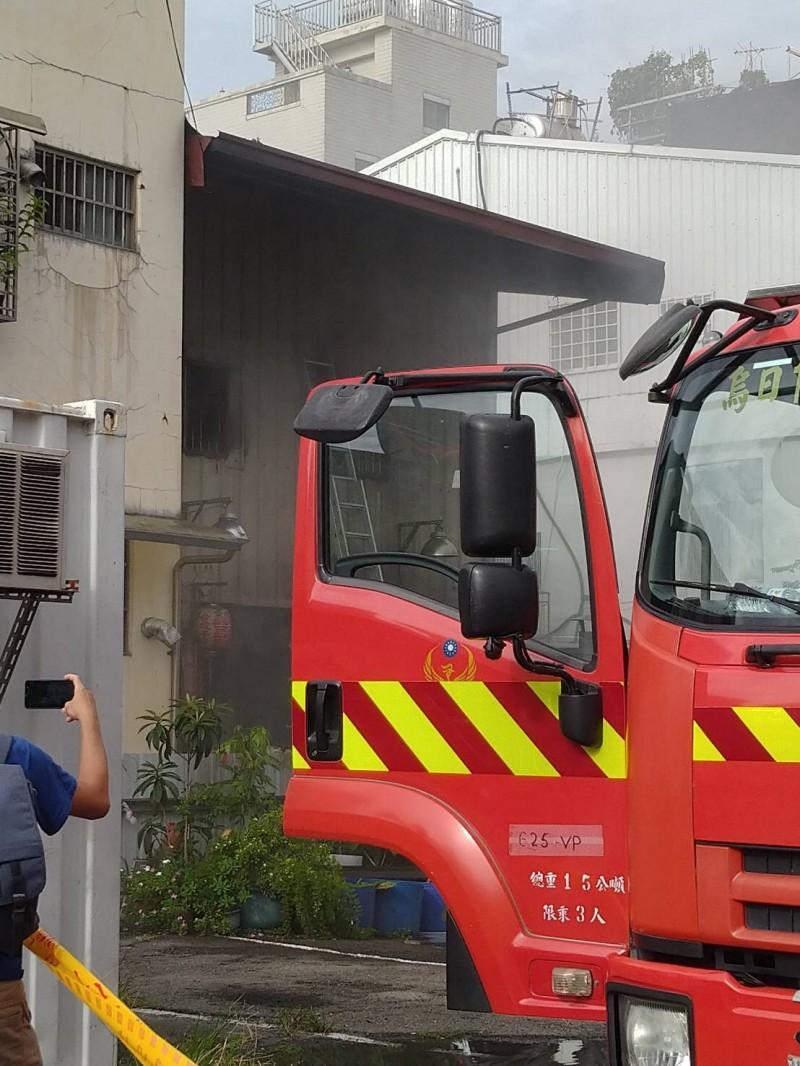 台中市南屯區一家清潔公司下午傳火警。(民眾提供)