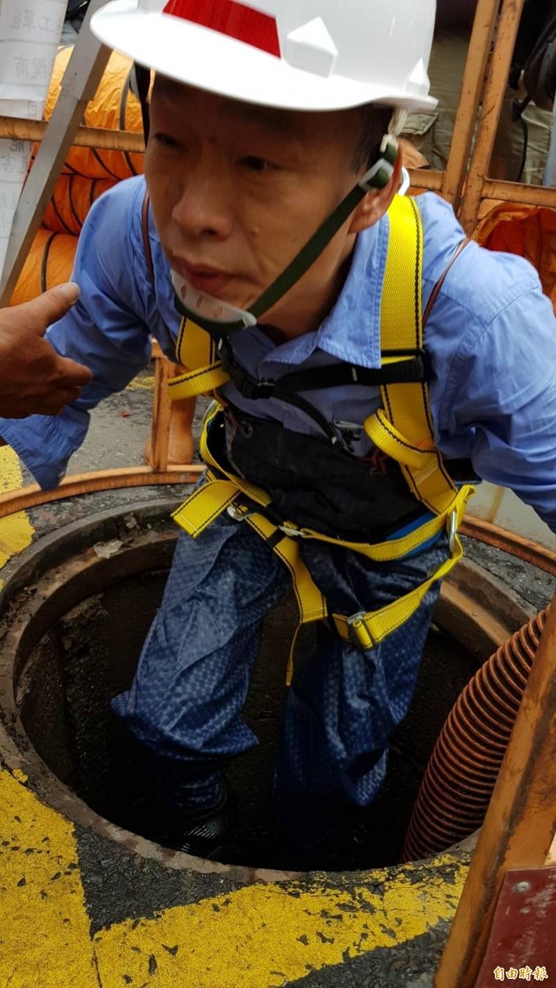 市長韓國瑜今到自立一路與同盟二路口,視察雨水下水道清疏情況。(記者陳文嬋攝)