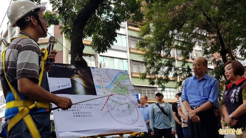 市長韓國瑜聽取水利局簡報。(記者陳文嬋攝)