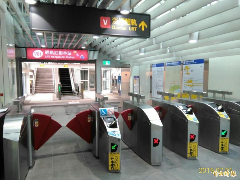 台北捷運紅樹林站銜接淡海輕軌連通道7月1日已完工啟用。(記者周湘芸攝)